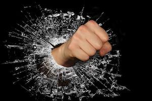 ガラスを突き破る拳・手