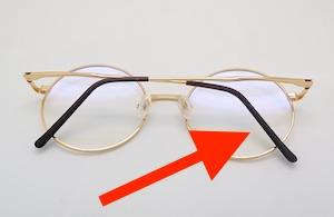 眼鏡のツルをアナルオナニーに使う