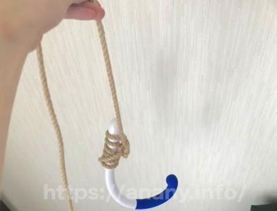 持ち手の部分に縄を結んで吊るようにアナルオナニーする