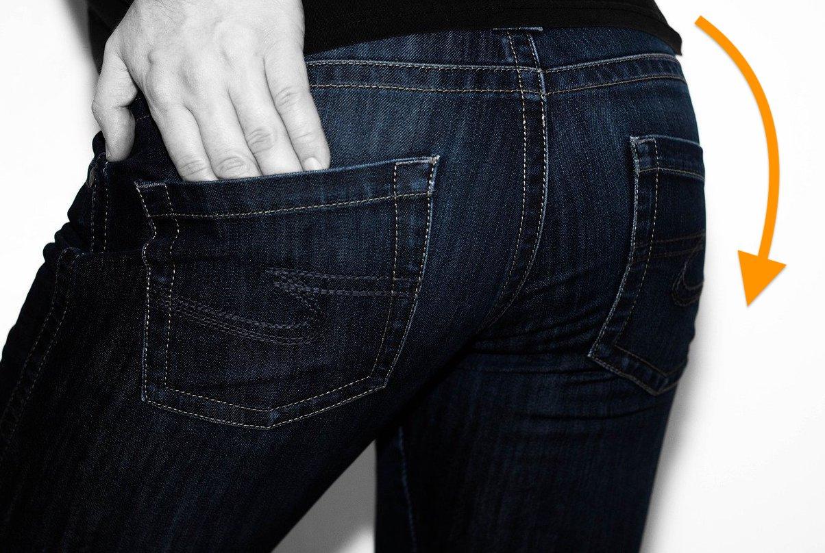 ズボンやパンツをズラした半脱ぎ状態で半着衣アナルオナニー