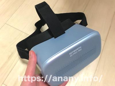 SKYWORTH 4D PRO-802を手に持っている写真